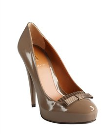 Fendi taupe patent leather striped bow platform pumps